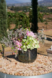 Bukiet kwiaty w metalu pucharze obraz stock