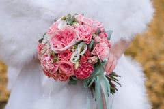 Bukiet kwiaty w rękach panna młoda panny młodej ceremonii kwiatu ślub Zdjęcie Stock