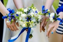 bukiet kwiaty w r?kach panna m?oda fotografia royalty free