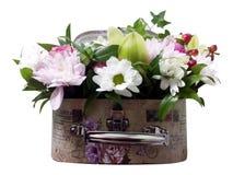 Bukiet kwiaty w walizce Przygotowania kwiaty od ro Obrazy Royalty Free
