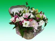 Bukiet kwiaty w walizce Przygotowania kwiaty od ro Obraz Stock