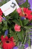 Bukiet kwiaty z karcianymi alles Liebe w niemiec Obrazy Royalty Free