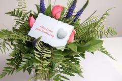 Bukiet kwiaty z karcianymi alles Liebe w niemiec Obrazy Stock