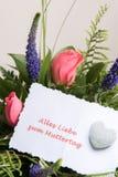 Bukiet kwiaty z karcianymi alles Liebe w niemiec Zdjęcia Stock