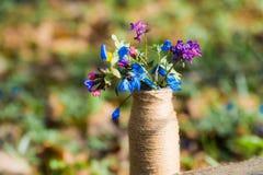 Bukiet lasowi kwiaty pi?kna kwiat waza z kwiatami w naturze zdjęcie stock