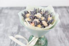 Bukiet lawenda i suszy kwiaty Kolorowa lato wiązka purpurowa lawenda i żółty chamomile kwitnie Obraz Stock