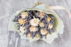 Bukiet lawenda i suszy kwiaty Kolorowa lato wiązka purpurowa lawenda i żółty chamomile kwitnie wieśniak Obrazy Stock