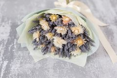 Bukiet lawenda i suszy kwiaty Kolorowa lato wiązka purpurowa lawenda i żółty chamomile kwitnie wieśniak Fotografia Royalty Free