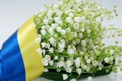 Bukiet leluja dolina zakrywająca Ukraińską flaga Fotografia Royalty Free
