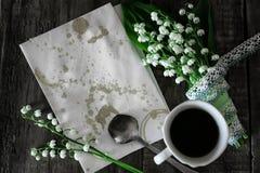 Bukiet leluje na drewnianej tła i ranku kawie obraz royalty free