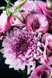 Bukiet menchie kwitnie zbliżenie, eustoma i chryzantemy, Zdjęcie Royalty Free