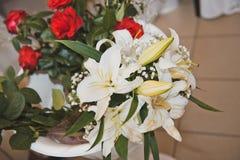 Bukiet od leluj i róż na stole 1746 Zdjęcia Royalty Free