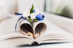 Bukiet panna młoda od róż i obrączek ślubnych od złota białych i błękitnych zdjęcie stock