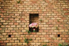 Bukiet peonie na tle kamienna ściana czerwony br Obraz Stock