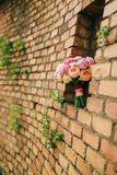 Bukiet peonie na tle kamienna ściana czerwony br Obrazy Stock