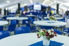 Bukiet Piękni i Świezi kwiaty Stangind na stole Agains Zdjęcie Stock
