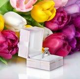 Bukiet piękni tulipanów kwiaty, obrączka ślubna i obrazy stock