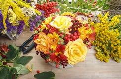 Bukiet pomarańczowe róże i jesieni rośliny w rocznika ceramicznym vas Zdjęcia Royalty Free