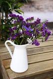Bukiet Purpurowa i Błękitna wiosna Kwitnie na Białym słoju Obraz Royalty Free