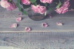 Bukiet różani biodra w szklanym słoju na białym drewnianym stole Zdjęcie Stock