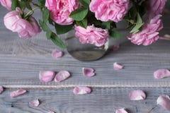 Bukiet różani biodra w szklanym słoju na białym drewnianym stole Obraz Royalty Free