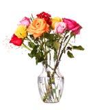 Bukiet róże kwitnie w wazie odizolowywającej na białym tle Zdjęcia Royalty Free