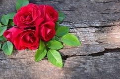 Bukiet róże na drewnianym starym tle w lewym kącie Fotografia Royalty Free