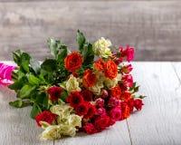 Bukiet róże na stole stubarwne róże zdjęcie stock