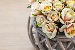 Bukiet róże w łozinowym koszu, kopii przestrzeń Zdjęcia Royalty Free