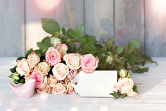 Bukiet róże z kartą dla wiadomości Zdjęcie Stock