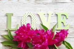 Bukiet różowe peonie i wiadomość na miłości od jaskrawych listów Obrazy Stock