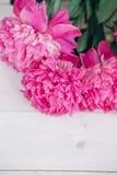 Bukiet różowe peonie na drewnianym stole Prezent walentynki ` s dzień banner tła kwiaty form różowego spiralę trochę Zdjęcia Royalty Free