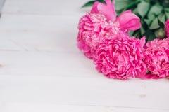 Bukiet różowe peonie na drewnianym stole Prezent walentynki ` s dzień banner tła kwiaty form różowego spiralę trochę Fotografia Stock