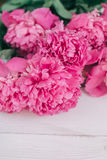 Bukiet różowe peonie na drewnianym stole Prezent walentynki ` s dzień banner tła kwiaty form różowego spiralę trochę Obrazy Stock