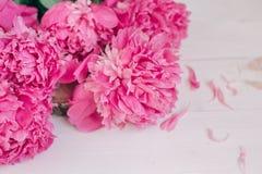Bukiet różowe peonie na drewnianym stole Prezent walentynki ` s dzień banner tła kwiaty form różowego spiralę trochę Zdjęcie Royalty Free