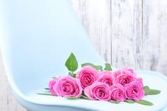 Bukiet różowe róże na błękitnym stylu w wnętrzu Niespodzianka w kobietach wakacyjnych Karta z kwiatami zdjęcia royalty free