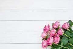 Bukiet różowe róże na białym drewnianym tle Odgórny widok, kopia obrazy royalty free