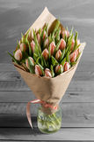 Bukiet różowi tulipany w pakunku Kraft papier na szarość, wodden tło Obraz Royalty Free