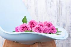 Bukiet r??owe r??e na b??kitnym stylu w wn?trzu Niespodzianka w kobietach wakacyjnych Karta z kwiatami zdjęcia stock