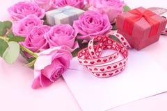 Bukiet r??owe r??e na b??kitnym stylu w wn?trzu Niespodzianka w kobietach wakacyjnych Karta z kwiatami obraz stock