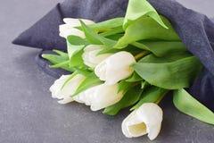 Bukiet stubarwni tulipany na popielatym płótnie wiosna kwiat romans Obrazy Stock