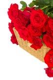 Bukiet szkarłatne róże z kosza zakończeniem up Zdjęcia Royalty Free
