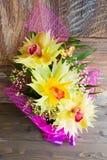 Bukiet trzy orchidei pięknie dekorował na drewnianego tła pojęcia wakacyjnych prezentach urodzinowych Obraz Royalty Free