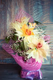 Bukiet trzy orchidei pięknie dekorował na drewnianego tła pojęcia wakacyjnych prezentach urodzinowych Obraz Stock