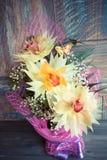 Bukiet trzy orchidei pięknie dekorował na drewnianego tła pojęcia wakacyjnych prezentach urodzinowych Zdjęcia Stock
