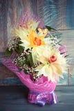 Bukiet trzy orchidei pięknie dekorował na drewnianego tła pojęcia wakacyjnych prezentach urodzinowych Zdjęcie Stock