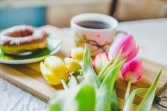 Bukiet tulipanu wroga śniadanie Obrazy Royalty Free