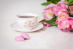 Bukiet tulipany i filiżanka herbata na białym tle dodatkowy karcianego formata wakacje Zdjęcie Stock