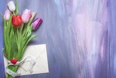 Bukiet tulipany i zamknięty list fotografia royalty free