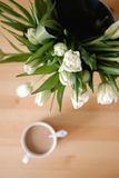 Bukiet tulipany na stole Zdjęcia Royalty Free